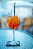 Aperol饮料在旅馆表上 免版税库存照片