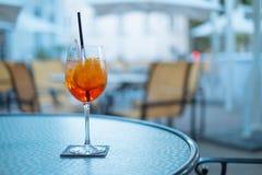 Aperol drink på hotelltabellen på sommardagen i Sydamerika Arkivbild