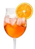 Aperol Spritz σε ένα γυαλί κρασιού που διακοσμείται με ένα πορτοκάλι Στοκ εικόνες με δικαίωμα ελεύθερης χρήσης