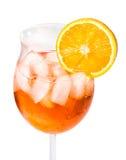 Aperol Spritz σε ένα γυαλί κρασιού που διακοσμείται με μια πορτοκαλιά φέτα Στοκ φωτογραφία με δικαίωμα ελεύθερης χρήσης