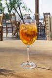 Aperol Spritz alkoholisches Getränk auf Holztisch mit unscharfem Hintergrund Stockbilder
