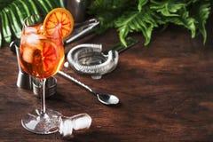 Aperol spritz Cocktail im großen Weinglas mit orange Scheiben, kühles frisches alkoholisches kaltes Getränk des Sommers Hölzerner lizenzfreie stockfotografie