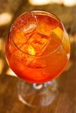 Aperol spritz coctailen i sunlights Mousserande vin champagnealkoholdrink med iskuber Top beskådar slapp fokus Arkivbild