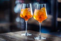 Aperol spritz drinken på stångräknare i bar eller restaurang Royaltyfri Foto