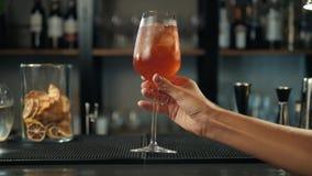 Aperol Spritz el cóctel con las rebanadas anaranjadas e hiela en la bandeja negra en la oscuridad para la celebración, descensos  metrajes