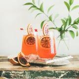 Aperol Spritz el cóctel del alcohol con la naranja y el hielo, cosecha cuadrada fotografía de archivo libre de regalías
