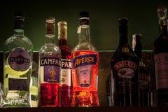 Aperol Spritz flaskan som omges av andra alkoholiserade flaskor på hyllan av en stång Aperol Spritz är enbaserad coctail arkivbilder