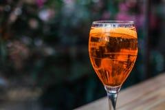Aperol spritz le cocktail en verre sur la table en bois sur le fond foncé en café photographie stock