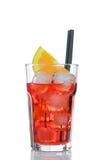Aperolcocktail van het Spritzaperitief met oranje die plakken en ijsblokjes op wit worden geïsoleerd Royalty-vrije Stock Foto's