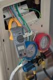 Aperte o medidor do ampère, medidor do ampère da braçadeira do uso do eletricista para a verificação ou a medição da corrente do  imagens de stock royalty free