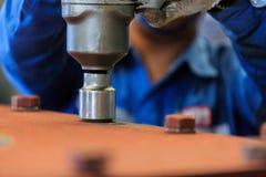 Aperte o parafuso com a chave de torque pneumática Imagem de Stock