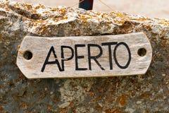 Aperto - ανοίξτε το σημάδι στα ιταλικά γλώσσα Στοκ εικόνες με δικαίωμα ελεύθερης χρήσης