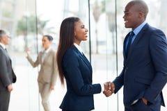 Aperto de mão africano do negócio foto de stock