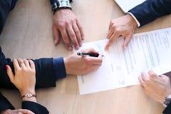 Aperto de mão após a assinatura de contrato Imagens de Stock Royalty Free