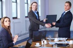 Aperto de mão após o contrato que assina, tiro do escritório imagens de stock