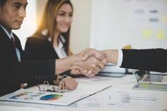Aperto de mão asiático dos homens de negócios após a reunião de negócios bem sucedida Imagens de Stock Royalty Free