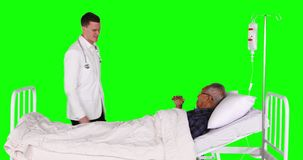 Aperto de mão caucasiano do doutor com paciente idoso video estoque