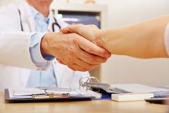 Aperto de mão com doutor e paciente Fotografia de Stock