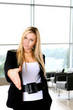 Aperto de mão da mulher no escritório imagens de stock royalty free
