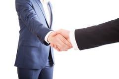Aperto de mão de dois homens de negócios Fotos de Stock Royalty Free