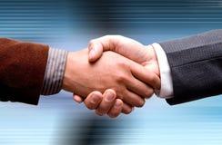 Aperto de mão de dois líderes sobre o fundo azul Imagem de Stock Royalty Free