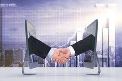 Aperto de mão de dois monitores através do Internet Imagens de Stock Royalty Free