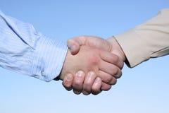 Aperto de mão de duas mãos isolado no fundo do céu Fotografia de Stock Royalty Free