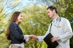 Aperto de mão de um doutor e de um paciente Fotografia de Stock
