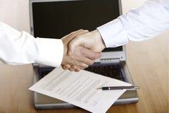 Aperto de mão do homem de negócios após a assinatura do contrato Fotografia de Stock