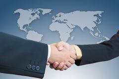 Aperto de mão do homem de negócios com fundo do mapa do mundo Imagem de Stock