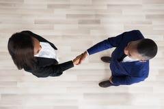 Aperto de mão do homem e da mulher de negócio foto de stock royalty free
