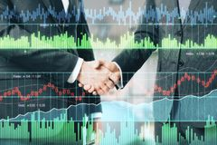 Aperto de mão do homem de negócios e gráficos do mercado de valores de ação Fotografia de Stock Royalty Free