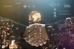 Aperto de mão do negócio com o social da tecnologia do globo dos trabalhos de equipa Fotos de Stock Royalty Free