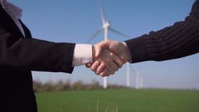 Aperto de mão do negócio contra turbinas eólicas filme