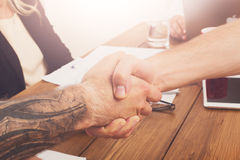 Aperto de mão do negócio na reunião do escritório, na conclusão do contrato e no acordo bem sucedido Imagem de Stock Royalty Free
