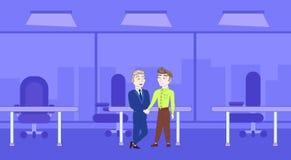 Aperto de mão de dois homens de negócio sobre o fundo do escritório da silhueta ilustração royalty free