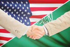 Aperto de mão dos homens de negócios - Estados Unidos e Arábia Saudita Imagens de Stock