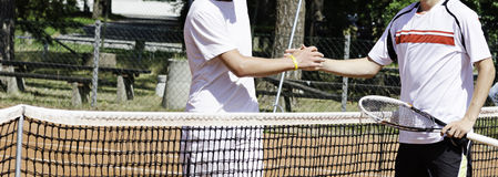 Aperto de mão dos jogadores de tênis Fotografia de Stock