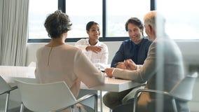 Aperto de mão durante uma reunião