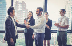 Aperto de mão e executivos do negócio Executivos empresariais a felicitar foto de stock royalty free