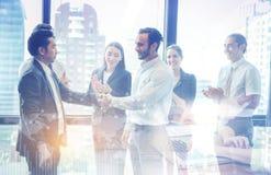 Aperto de mão e executivos do negócio Executivos empresariais a felicitar fotografia de stock