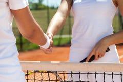 Aperto de mão em um fósforo do tênis Foto de Stock Royalty Free