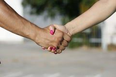 Aperto de mão entre a menina e o menino, o homem e a mulher Imagens de Stock Royalty Free