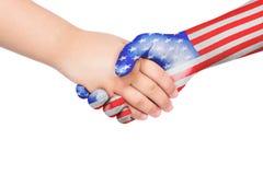 Aperto de mão entre uma criança e o Estados Unidos da América Fotografia de Stock Royalty Free