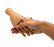 Aperto de mão entre uma mão humana e uma mão de madeira Fotos de Stock