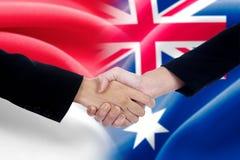 Aperto de mão indonésio do trabalhador com trabalhador australiano Imagem de Stock Royalty Free