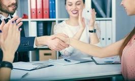 Aperto de mão masculino e fêmea no escritório Sócios feitos negócio, selado com handclasp fotos de stock royalty free