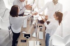 Aperto de mão na reunião de negócios fotografia de stock