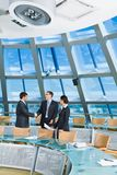 Aperto de mão na sala de conferências Fotografia de Stock Royalty Free