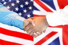 Aperto de mão no fundo da bandeira de Reino Unido e de EUA foto de stock royalty free